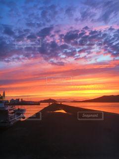 水の体に沈む夕日の写真・画像素材[1292498]