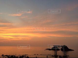 水の体に沈む夕日の写真・画像素材[1292505]