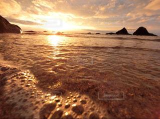 水の体に沈む夕日の写真・画像素材[1292509]