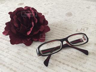 赤い花とメガネの写真・画像素材[1379339]