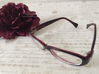 赤い花とメガネの写真・画像素材[1379343]