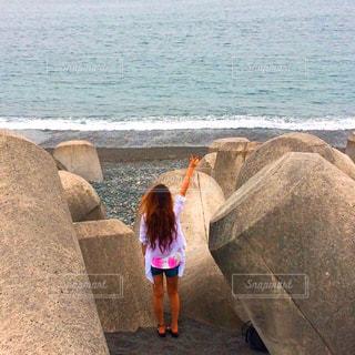 水の体の前に立っている人の写真・画像素材[768634]
