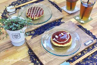 テーブルの上に食べ物のプレート - No.769071