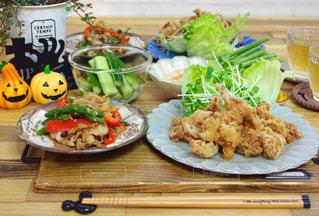 テーブルの上に食べ物のプレート - No.771809