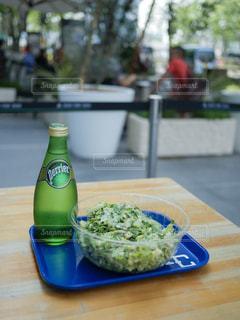 テーブルにグリーン ボトル - No.901426
