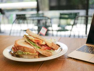 テーブルの上の皿にサンドイッチ - No.923838