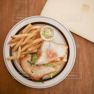 テーブルの上に食べ物のプレート - No.923840