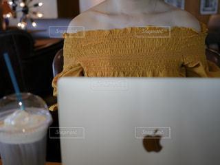 テーブルの上のコーヒー カップの写真・画像素材[923853]