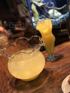 テーブルの上のガラスのコップの写真・画像素材[952485]
