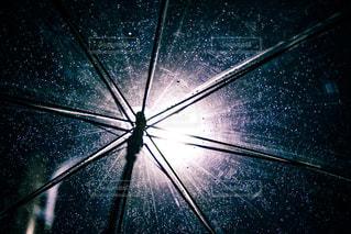 雨の日の傘のクローズアップの写真・画像素材[2113708]