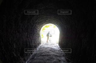 暗闇の中で水とトンネルの写真・画像素材[1201310]