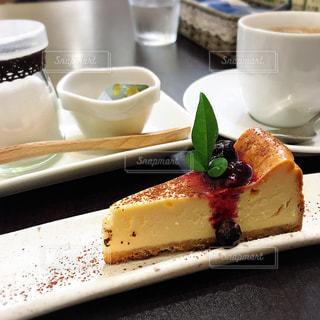 コーヒー カップの横にある皿の上のケーキの一部 - No.791516