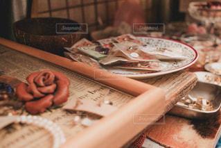 近くのテーブルの上に食べ物をの写真・画像素材[1254096]