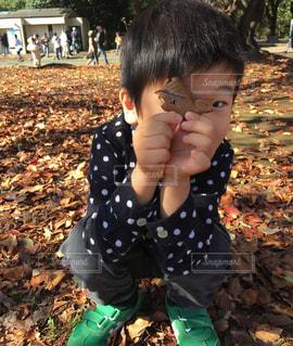 芝生に座っている少女の写真・画像素材[893992]