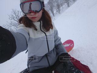 雪の中で、selfie を取る女性 - No.945974