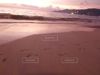 ビーチに沈む夕日の写真・画像素材[956237]