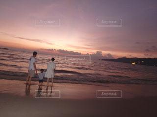 砂浜の上に立っている人の写真・画像素材[956239]