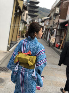 携帯電話で話しながら通りを歩いて人の写真・画像素材[1039411]