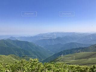 背景の大きな山のビューの写真・画像素材[775534]