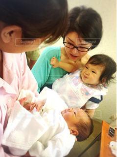 赤ん坊を保持している人の写真・画像素材[723257]