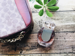 バッグと香水の写真・画像素材[2355566]
