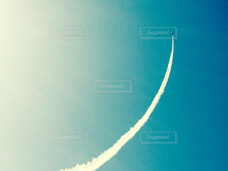 空中を飛んでいる飛行機の写真・画像素材[3012860]
