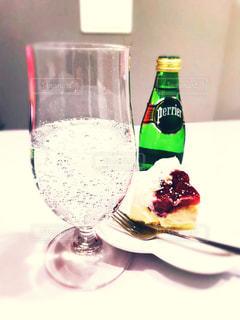 テーブルの上にワインのボトルの写真・画像素材[911648]