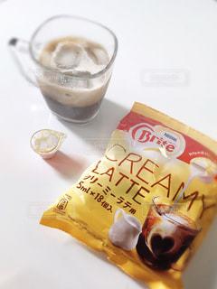 テーブルの上のコーヒー カップの写真・画像素材[1242422]
