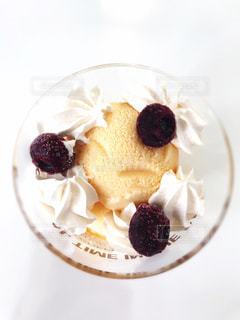 ケーキと皿の上のアイスクリームの写真・画像素材[1359857]