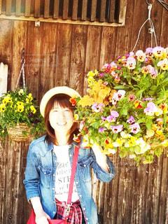 花の前に立っている女性の写真・画像素材[1374131]