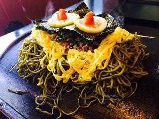 近くのテーブルの上に食べ物をの写真・画像素材[705991]