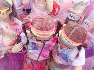 ピンクの袋の小さな女の子の写真・画像素材[723049]