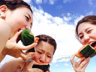 いくつかの食べ物を食べている人々 のカップルの写真・画像素材[738590]