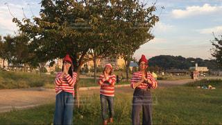 草の覆われてフィールド上に立って人々 のグループ - No.742814