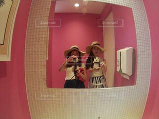 カメラにポーズ鏡の前に立っている人の写真・画像素材[846725]