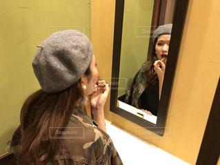 カメラにポーズ鏡の前に立っている女性の写真・画像素材[854669]