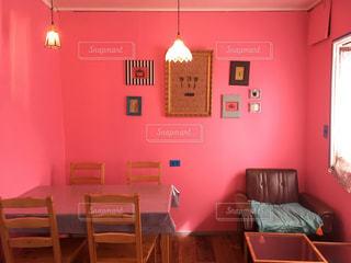 赤い椅子の部屋と寝室の写真・画像素材[884333]
