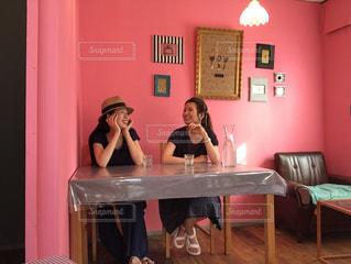 テーブルに座っている女性の写真・画像素材[884342]