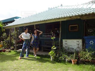 庭に立っている人のグループの写真・画像素材[1393010]