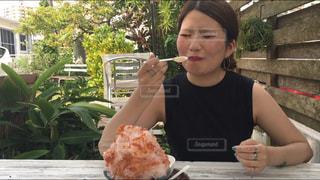 食事のテーブルに座って人の写真・画像素材[1405441]