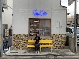 建物の上に座っている黄色いベンチの写真・画像素材[2301549]