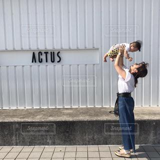 建物の前に立っている男の写真・画像素材[732302]