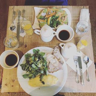 テーブルの上に食べ物のプレートの写真・画像素材[1287614]