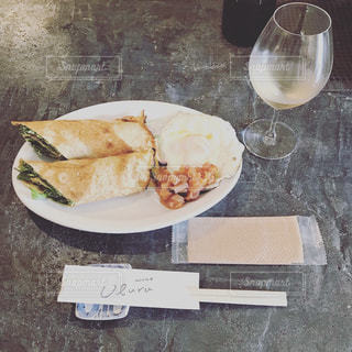 食品とワインのガラスのプレートの写真・画像素材[1287620]