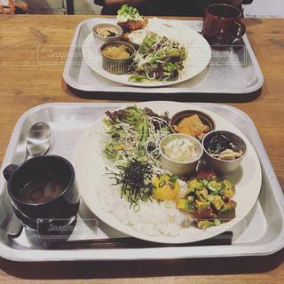 テーブルの上に食べ物のプレートの写真・画像素材[1287633]