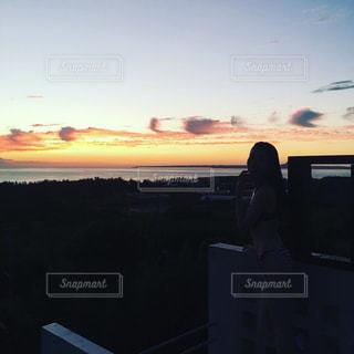 日没の前に立っている人の写真・画像素材[1309976]