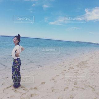 ビーチに立っている人の写真・画像素材[1314543]