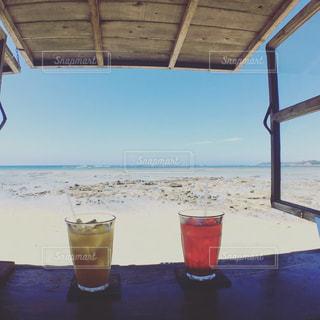 ビーチの水のガラスの写真・画像素材[1314571]