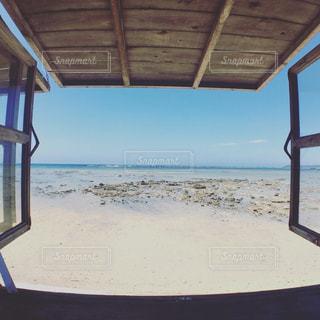 ビーチの前に座っている椅子の写真・画像素材[1314575]
