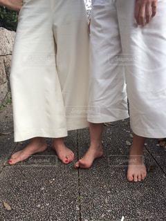 カメラに向かってポーズをとる人の写真・画像素材[2315233]